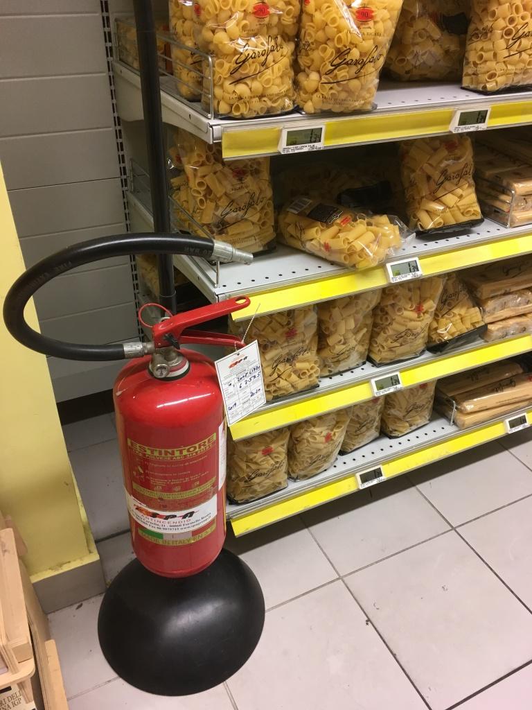 conad roma casalotti, estintore supermercato, supermarket groceries extinguisher